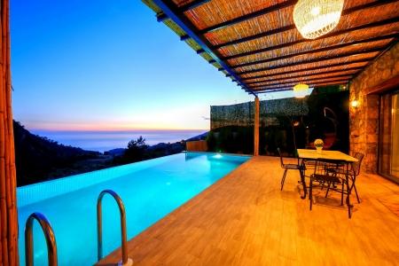 Faralya'da deniz manzaralı balayı villası.