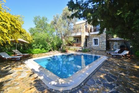 Bodrum bölgesinde yer alan 2 yatak odalı kiralık yazlık villa.