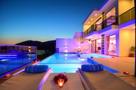 2 yatak odalı havuzu tamamen korunaklı jakuzili balayı villası